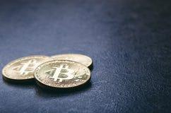 Guld- bitcoinmynt på en mörk bakgrund med reflexion Faktisk valuta Crypto valuta nya faktiska pengar Lens signalljus Royaltyfri Bild