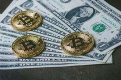 Guld- bitcoinmynt på en pappers- dollarpengar- och mörkerbakgrund med solen Faktisk valuta Crypto valuta nya faktiska pengar Arkivfoto