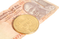 Guld- bitcoinmynt på indier tio rupie royaltyfri bild