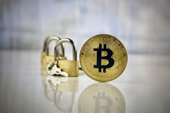Guld- bitcoinmynt - säkra betalningar Arkivbild