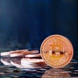 Guld- Bitcoins för foto nya faktiska pengar Arkivbilder