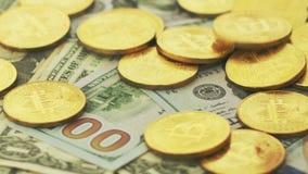 Guld- bitcoins och pengarräkningar stock video
