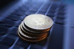 Guld- Bitcoins på datortangentbordet med zoombristning Arkivfoton