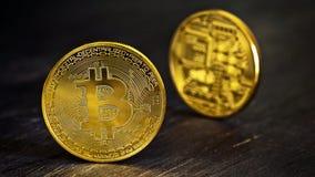 Guld- Bitcoins på en trätabell Arkivfoton