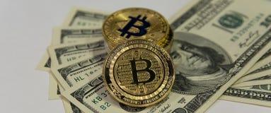 Guld- bitcoins på hundra dollarräkningar royaltyfri bild
