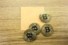 Guld- bitcoins på träskrivbordet, cryptocurrencybakgrund med pappers- anmärkningar illustration 3d Arkivbild