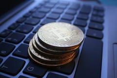 Guld- Bitcoins slut upp på bärbar datortangentbordet Arkivbilder