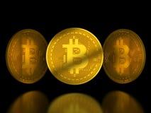 Guld- bitcointecken på svart bakgrund med reflexion Arkivfoton