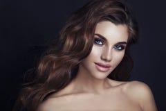 Guld- blänka ögonskuggor för ferie Skönhetmodell Girl med glamoursmink a Arkivbild
