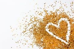 Guld- blänka hjärta på vit bakgrund Arkivfoton