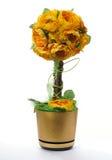 Guld- blomkruka med konstgjorda blommor Fotografering för Bildbyråer