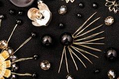 Guld- blommor med svarta pärlor Arkivfoton