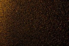 Guld- blöta asfalt på natten Arkivbilder