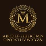 Guld- bokstäver för rankor med M-initialmonogrammet Royaltyfri Bild