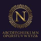 Guld- bokstäver för rankor med n-initialmonogrammet Royaltyfri Fotografi
