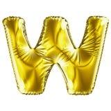 Guld- bokstav W som göras av den isolerade uppblåsbara ballongen på vit bakgrund Arkivbild