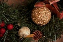 Guld- boll och rött julband i en trädfilial Royaltyfri Foto
