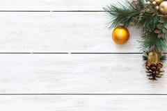 Guld- boll på den glade julgranen, kortgarnering för lyckligt nytt år på vit träbakgrund, bästa sikt, kopieringsutrymme royaltyfria bilder