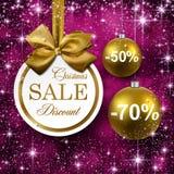 Guld- bollar för jul på purpurfärgad bakgrund. Arkivfoton