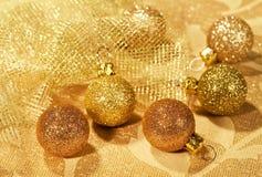 Guld- bollar för julgarnering Royaltyfri Bild
