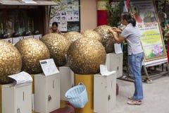 Guld- bollar i den buddistiska templet Bangkok Fotografering för Bildbyråer