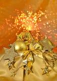 Guld- bolls för jul, stjärnor på ljus bakgrund Royaltyfria Bilder