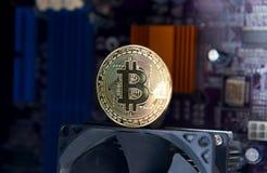 Guld- bräde för processor Bitcoin för elektronisk dator Arkivfoto