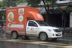 Guld- brödbagare, pickup för bageritransportservice arkivbild