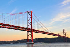 Guld- bro på solnedgång Royaltyfria Bilder