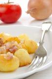 Guld- brunt bakad potatis med bacon arkivfoton