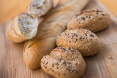 Guld- brunt släntrar av franskt bröd och rullar Arkivfoto