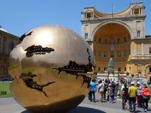 Guld bruten sfär, Vaticanenmuseum, Italien Royaltyfria Bilder