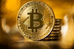 Guld- btcbitcoin med guld- bakgrund Arkivfoto