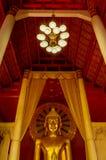 Guld- Budda staty som omringas av kolonner Royaltyfri Fotografi
