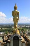 Guld- buddha anseende på ett berg Wat Phr That Khao Noi, Nan Province, Thailand Royaltyfri Foto