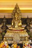 Guld- buddha bild i en tempel Arkivfoton