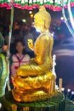 Guld- buddha bild med nattetid Royaltyfria Foton