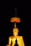 Guld- buddha bild med nattetid Royaltyfria Bilder