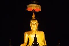 Guld- buddha bild med nattetid Arkivfoton