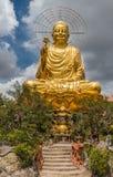 Guld- Buddha, Dalat, Vietnam Royaltyfria Bilder