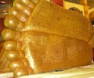 guld- buddha fotspår royaltyfri foto