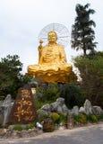 Guld- Buddha för jätte- sammanträde Royaltyfri Fotografi