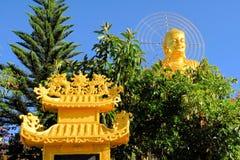Guld- Buddha för jätte- sammanträde , Dalat, Vietnam Arkivfoton