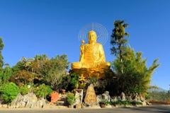 Guld- Buddha för jätte- sammanträde , Dalat, Vietnam Royaltyfri Bild