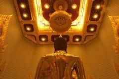 Guld- buddha i den Trimit templet Arkivbilder