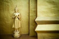 Guld- Buddha i en tempel med guld- stupa Arkivbild