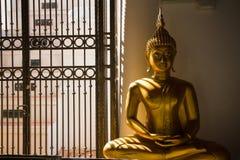 Guld- Buddha i en tempel Thailand Royaltyfri Foto