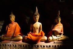 Guld- Buddha i grotta fotografering för bildbyråer