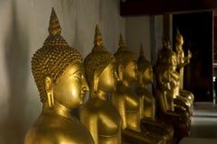Guld- Buddha i tempel Fotografering för Bildbyråer