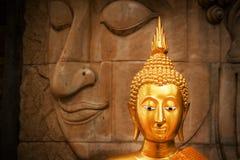 Guld- Buddha i templet Thailand Arkivbild